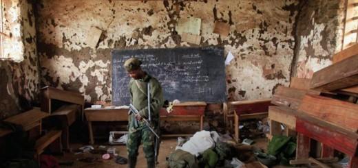Rebelle du M23 dans une classe à Bunagana