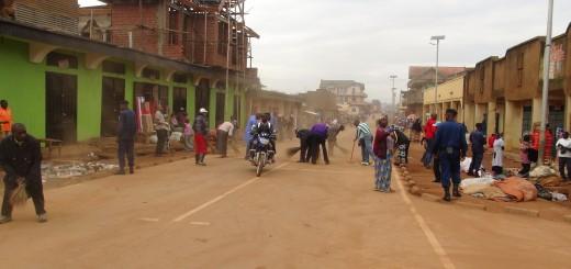 Des volontaires balayent une rue à Butembo. Photo Deogratias SIKU/GADHOP