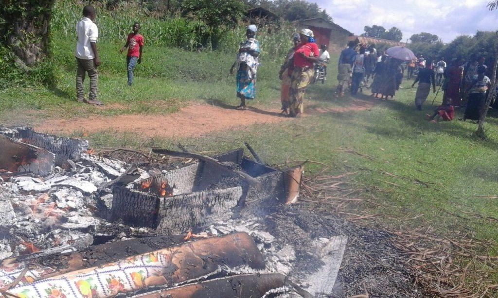 Des cercueils achetés par les officiels brulés par la population en colère. Photo droits tiers