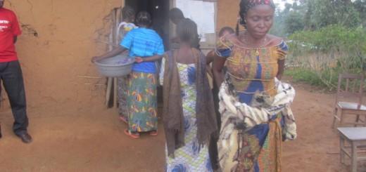 Des déplacés devant le bureau de la localité de Njiapanda. Photo DeoSiku/GADHOP