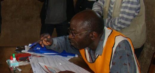 Un agent électoral dans un bureau d'inscription en 2011. Photo Deo SIKU